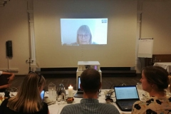 Bente Hansen med på en Skype-forbindelse